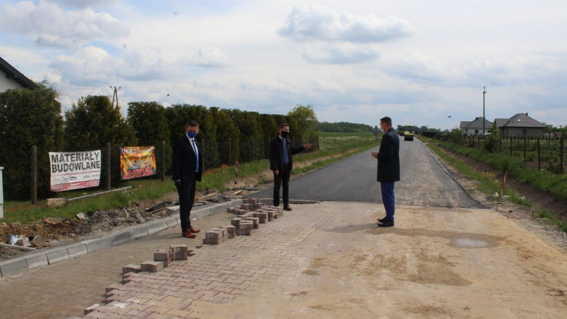 na terenie budowy postęp prac analizowali Starosta Białobrzeski Sylwester Korgul, Dyrektor Powiatowego Zarządu Dróg Publicznych Andrzej Adamiec oraz Wójt Gminy Stara Błotnica Marcin Kozdrach.