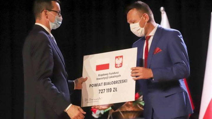 wreczenie dotacji dla powiatu na kwote 727 119 zl .